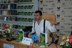 Євген Гришковець розповідає журналістам про нову книгу (Фото Дарії Король)
